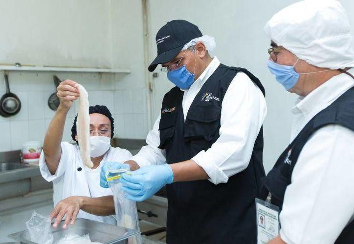 El Gobernador, acompañado de inspectores de la SSY, verificó el cumplimiento de las medidas sanitarias en manejo y preparación de alimentos en restaurantes de la costa yucateca. (Cortesía)