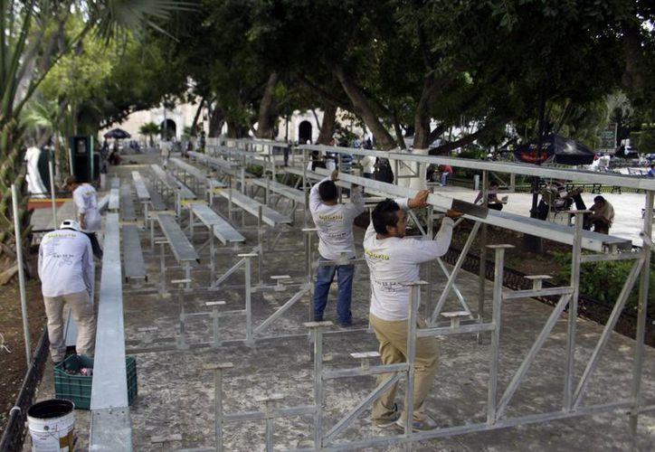 Con una semana de anticipación, los trabajadores empezaron a instalar las gradas. (Christian Ayala/SIPSE)
