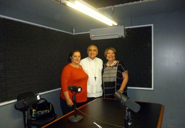 Las conductoras del programa, Adela Canales y Esperanza Nieto, acompañadas del obispo auxiliar de Yucatán, Rafael Palma Capetillo. (Milenio Novedades)