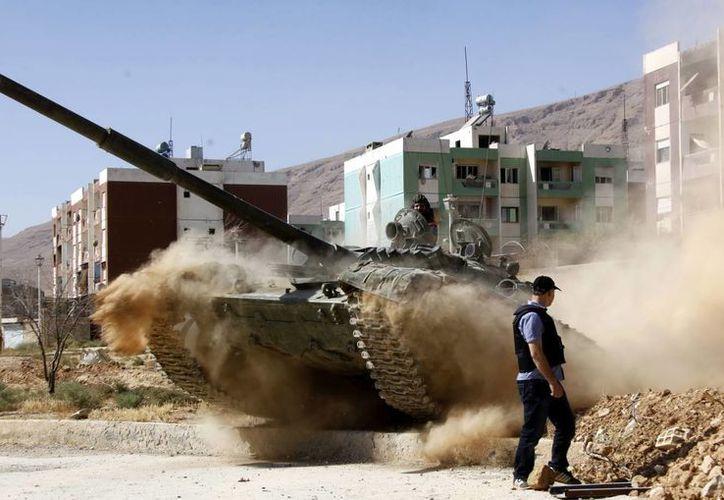 Miembros del ejército sirio recuperan la ciudad de Adra, al norte de Damasco, Siria. (EFE/Archivo)