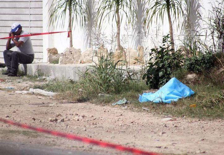 El cuerpo del joven motociclista quedó tirado a la orilla de la vía Mérida-Motul. (Jorge Pallota/SIPSE)