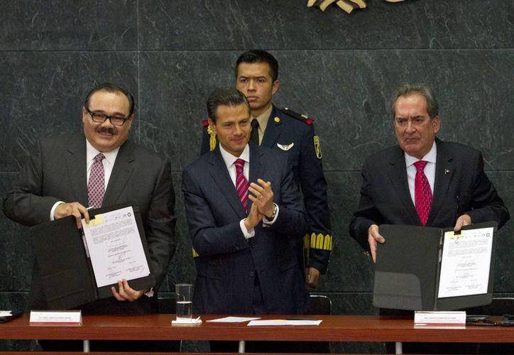 Peña Nieto es flanqueado por el titular de la Sedatu, Jorge Carlos Ramírez (i), y por Carlos Lozano de la Torre, gobernador de Aguascalientes. (Notimex)