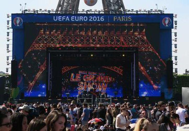 En medio de fuertes medidas de seguridad, miles de personas asistieron al macro-concierto inaugural de la Eurocopa, celebrado en la Explanada de la Torre Eiffel. (Notimex)