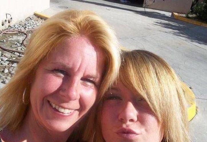 En esta fotografía de 2010 proporcionada por Kathleen Errico, ella, izquierda, posa para una selfie, en Desert Palm, California, con su hija Kelsey Grace Endicott, quien murió de sobredosis. (Kathleen Errico vía AP)