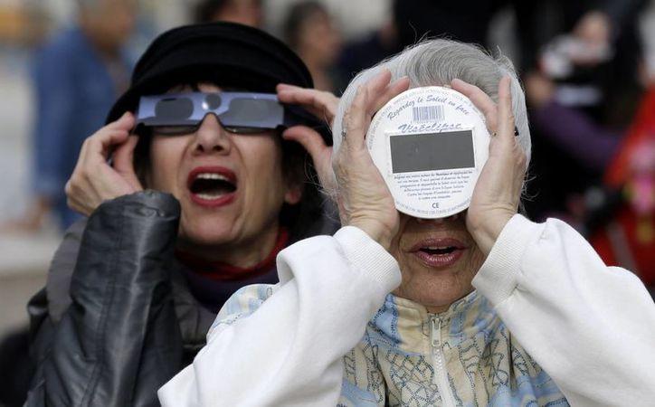 Millones de personas en Reino Unido disfrutan del eclipse solar. (Agencias)