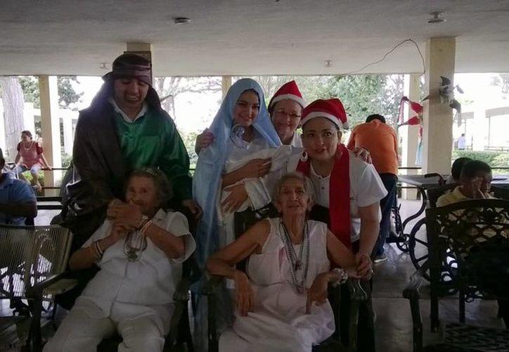 Voluntarios que participaron en la convivencia en Ciudad Vicentina, el pasado viernes 20 de diciembre. (Cortesía)