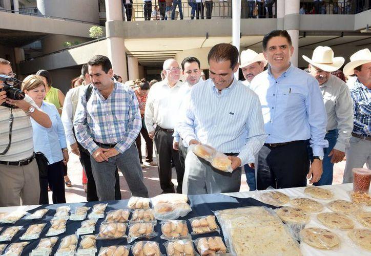 El gobernador de Sonora, Guillermo Padrés, durante la entrega de apoyos a productores afectados por el derrame de químicos en el río Sonora. (Notimex)