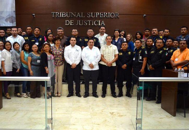 Participantes del taller Génesis de la conducta criminal en el Tribunal Superior de Justicia de Yucatán, en la clausura. (Milenio Novedades)