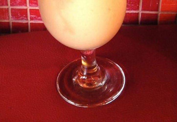 La piña colada puertorriqueña sigue siendo según la revista National Geographic la mejor bebida playera. (Archivo/EFE)