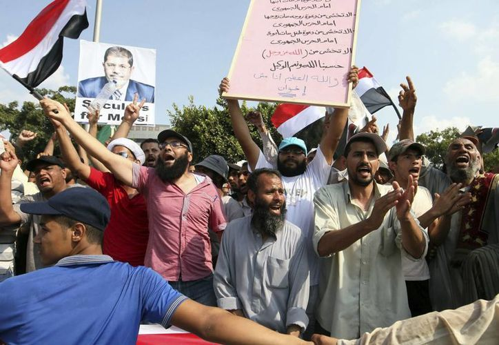 Decenas de simpatizantes de los Hermanos Musulmanes participan en una manifestación de apoyo al depuesto presidente egipcio Mohamed Mursi. (EFE)