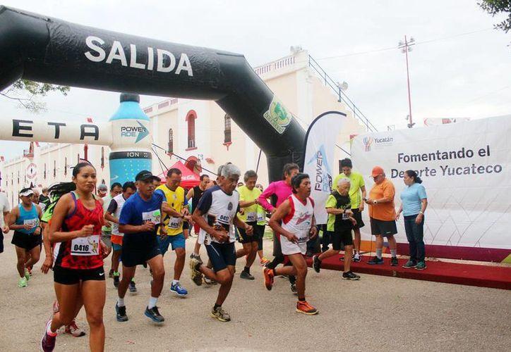 """Unas 60 personas participaron en la Carrera del Padre que tuvo como salida y meta el estadio """"Salvador Alvarado"""". (Milenio Novedades)"""