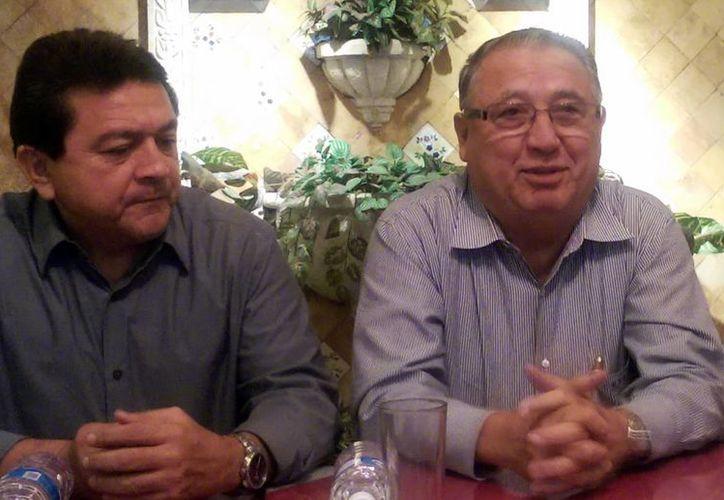 En la imagen el regidor Felipe Duarte Ramírez y el empresario Efraín Lugo Ricalde, durante la conferencia de prensa acerca del Salón de la Fama del Deporte Yucateco. (Milenio Novedades)