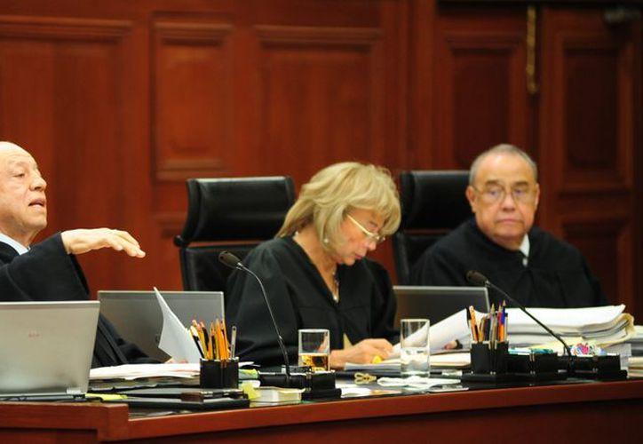 Los ministros Guillermo I. Ortiz, Olga Sánchez Cordero y Sergio Valls Hernández, durante una sesión del pleno de la SCJN. (Notimex)