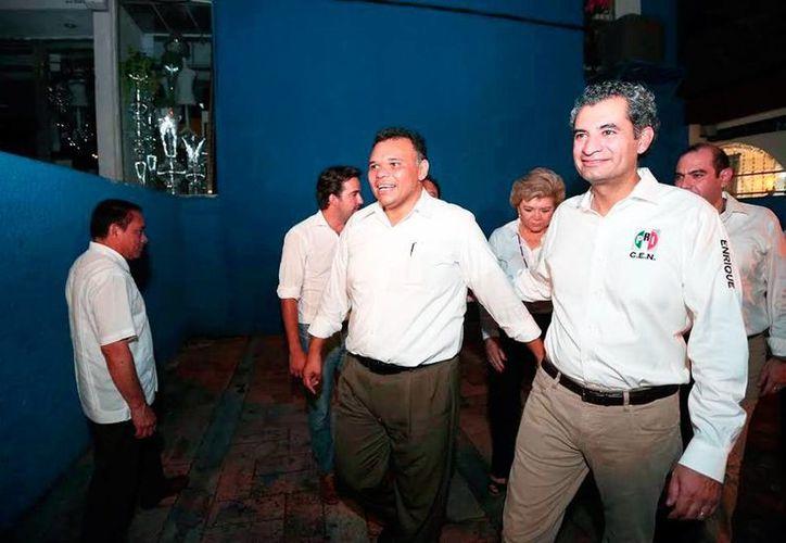El presidente del PRI, Enrique Ochoa Reza (der.), llegó este viernes a Yucatán, como parte de la gira de trabajo que realiza por todo el país, tras ser nombrado máximo dirigente del tricolor. (Milenio Novedades)