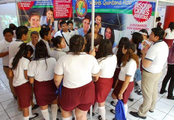 Registró la feria de la información buena afluencia de estudiantes. (Tomás Álvarez/SIPSE)