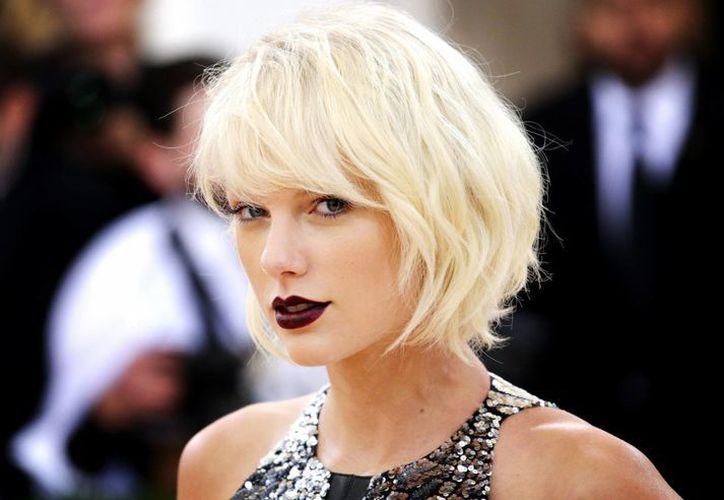 La larguirucha cantante Taylor Swift desplazó al boxeador Floyd Mayewather como el personaje famoso con más ingresos en un solo año. (EFE)