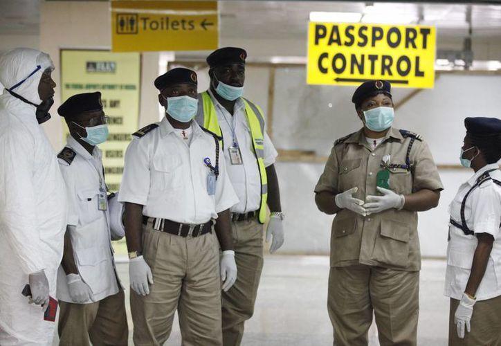 Funcionarios de salud de Nigeria en el Aeropuerto Internacional Murtala Muhammed, en Lagos, Nigeria. (Agencias)