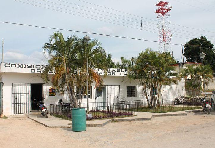 El subdelegado de la población de Tres Reyes pide a la CAPA reparar las fugas de agua. (Raúl Balam/SIPSE)