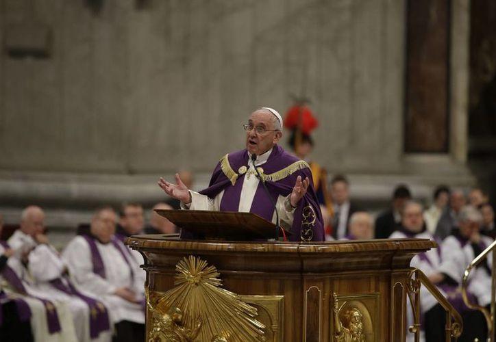 Francisco también anunció un año jubilar especial a partir del 8 de diciembre para concentrar la iglesia en el perdón y la misericordia. (Agencias)