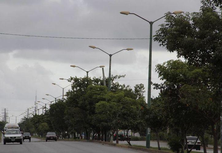 Reportan falta de iluminación en el cruce de la avenida José López Portillo y Nichupté. (Tomás Álvarez/SIPSE)