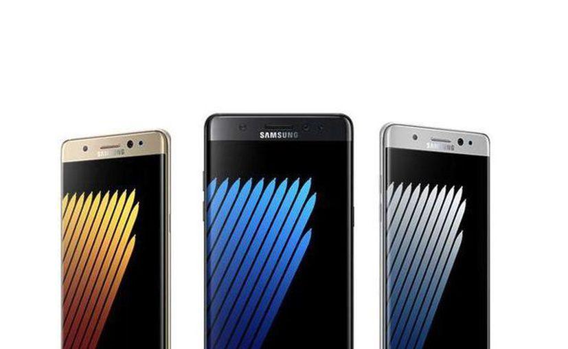 El teléfono cuenta con una pantalla curvada de 5.7 pulgadas, además de 64GB de memoria interna, con la posibilidad de ser expandida hasta 256 GB con una tarjeta micro SD.(Foto tomada de Facebook/ Samsung Mobile MX)