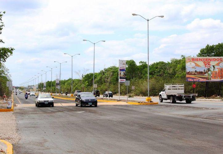 El nuevo acceso de doble carril a Villas del Sol ya está habilitado. (Octavio Martínez/SIPSE)