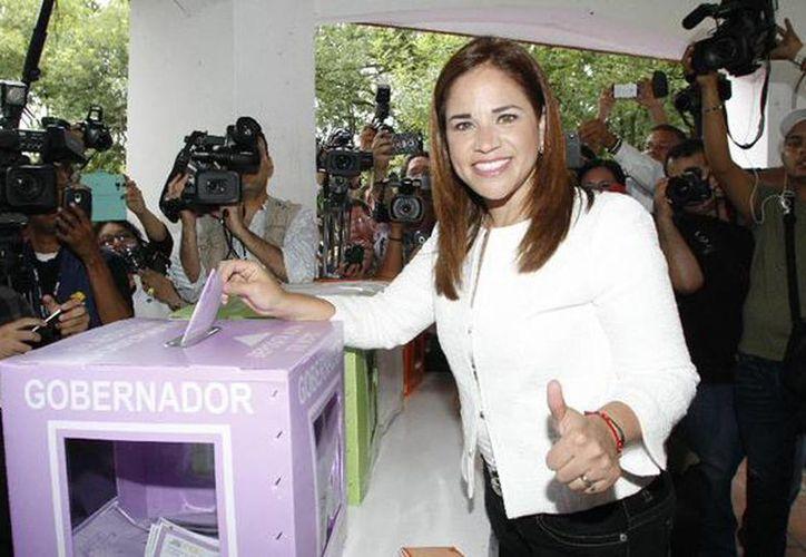 Imagen de la candidata de Alianza por tu Seguridad, Ivonne Álvarez García, acudió a emitir su voto a las 10:00 de este domingo en Nuevo León. (@elnortecomeón)