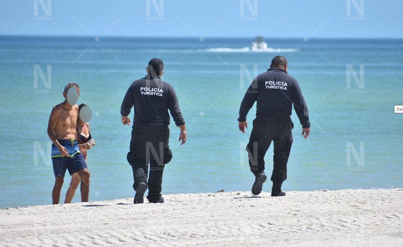 Policías retiran a los turistas que llegan a Progreso. (Gerardo Keb/Novedades Yucatán)