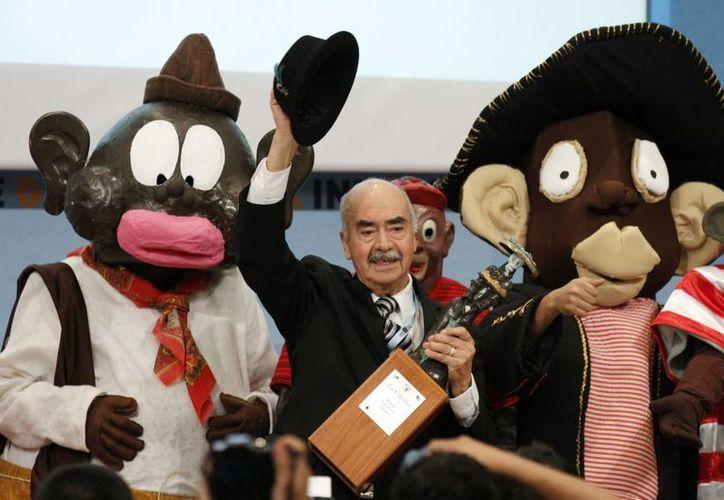 Imagen del creador del fabuloso personaje de tira cómica, Memín Pinguin, Sixto Valencia Burgo, al recibir el reconocimiento de La Catrina, que otorga la Universidad de Guadalajara, en la Feria Internacional de Libro (FIL) en 2014. (Archivo/Notimex)