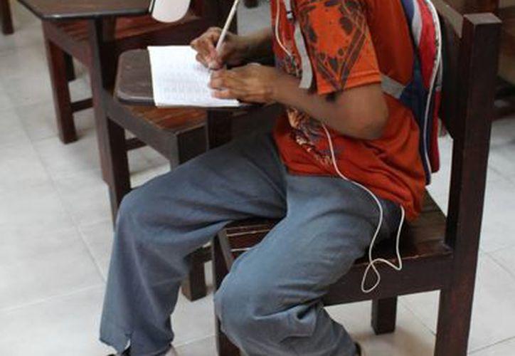 Personas con rezago educativo asisten a los centros comunitarios. (Luis Ballesteros/SIPSE)