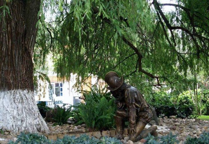 Se colocó junto al árbol la estatua de Hernán Cortés arrodillado. (Notimex)