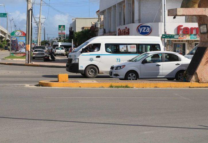 La falta de transporte urbano ocasiona problemáticas en los empleados de Playa del Carmen. (Adrián Barreto/SIPSE)