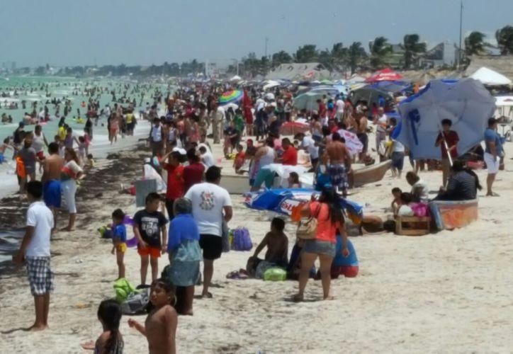 Unas 15 mil personas abarrotaron la zona del malecón de Progreso, en este Sábado de Gloria. (Gerardo Keb/SIPSE)