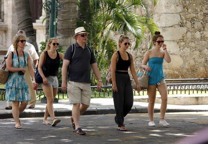La devaluación del peso frente al dólar podría beneficiar a Yucatán con la llegada de más turistas extranjeros. Imagen de contexto de un grupo de visitantes, en el centro de Mérida. (Archivo/SIPSE)
