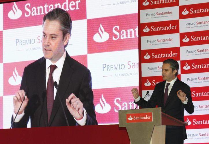 Nuño Mayer encabezó la entrega del Premio Santander a la Innovación Empresarial. (Notimex)