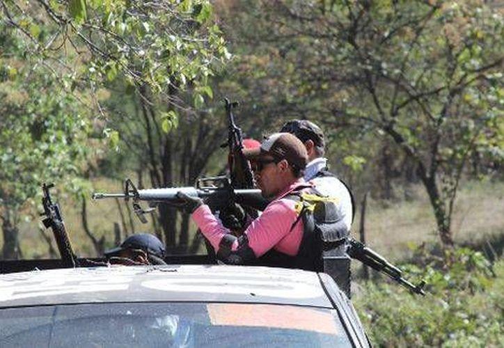 Al mismo tiempo en que las autoridades intentan arrestar a los cabecillas de Los Caballeros Templarios, autodefensas sostienen combates contra narcos en diversas zonas de Michoacán. (Milenio/Foto de contexto)