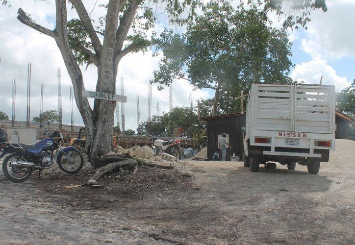 Autoridades acudieron al lugar de los hechos, donde reportaron que al menos tres personas llegaron a agredir físicamente a los veladores. (Carlos Castillo/SIPSE)