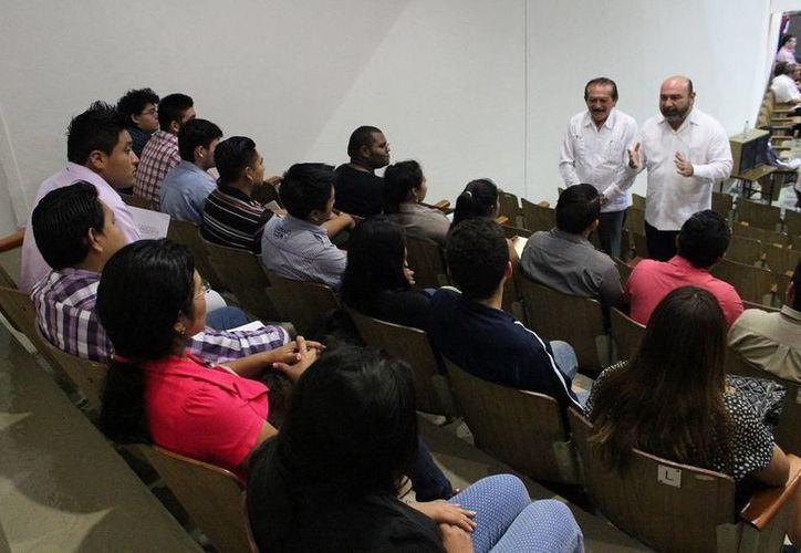 Estudiantes del Centro de Estudios Superiores CTM que participan en la tercera edición del Taller Legislativo reciben explicaciones de cómo se desarrolla la sesión plenaria. (SIPSE)