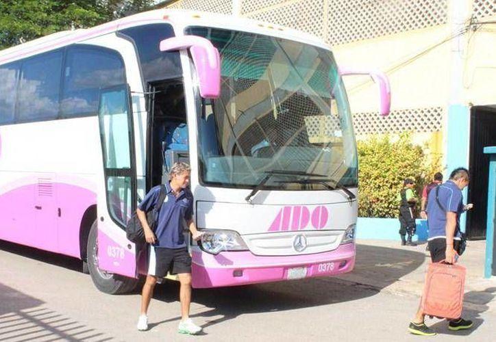 """""""Parejita"""" López desciende de un autobús de la """"Campaña Rosa"""". (Milenio Novedades)"""