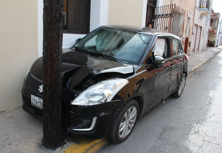La conductora del Swift manejaba sobre la calle 47 del Centro de Mérida y pensó que le ganaría al semáforo, lo que tuvo costosas consecuencias. (SIPSE)