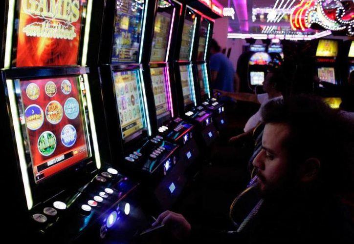El Gobierno 'ganó' a los casinos más de 70 mdp por cobro de impuestos. Tan sólo por cada máquina tragamonendas, las casas de apuestas tienen que pagar 2,000 pesos al Gobierno. La imagen es de contexto. (Archivo/SIPSE)