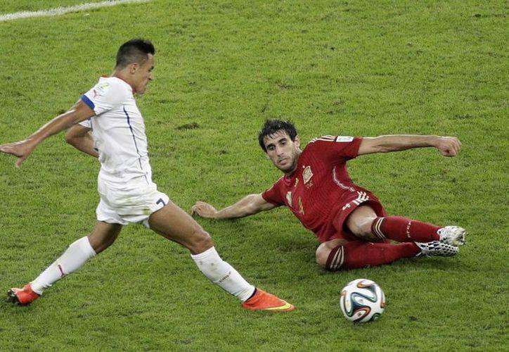El chileno Alexis Sánchez (i) hizo uno de los goles del encuentro cuyo resultado dejó fuera de la contienda a España. (Foto: AP)