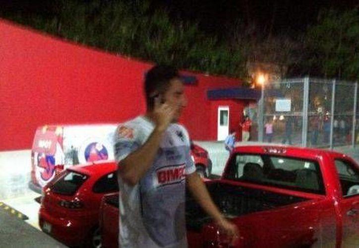 Efraín Juárez afuera del estadio Luis 'Pirata' de la Fuente. (ladoce.com)