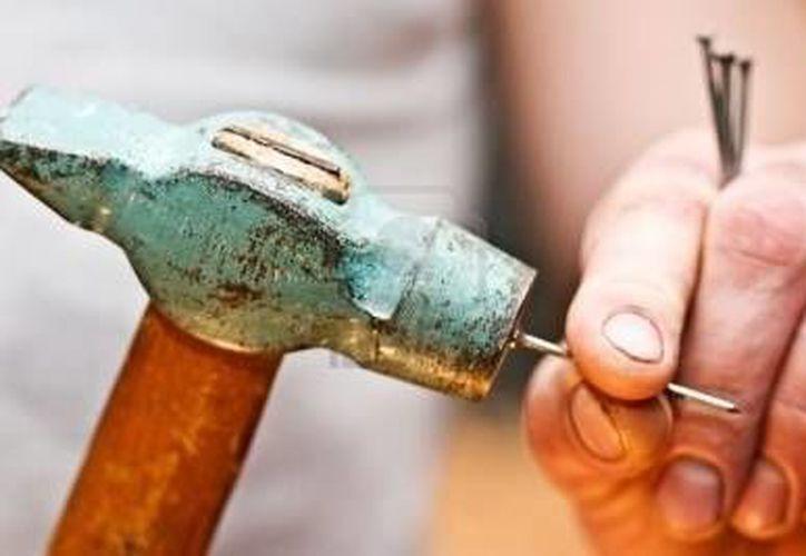 El martillo se zafó de su mango, con tal mala suerte que le pegó a la mujer en la frente. (Imagen de contexto)
