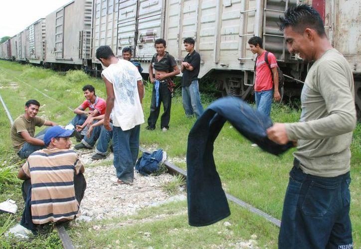 La reforma migratoria es un tema toral en Estados Unidos, que ya ha comenzado el Senado. En la imagen, Un grupo de migrantes descansan junto al tren que desde México los lleva a la frontera norte. (Archivo/Notimex)