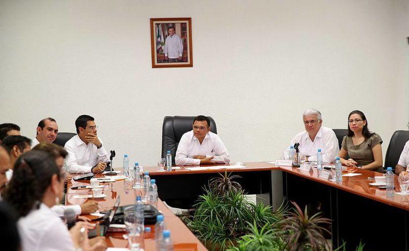 El gobernador Rolando Paredes se reunió con el presidente del Inadem, Enrique Jacob Rocha y demás funcionarios en la Sala de Juntas de la Dirección General de Relaciones Públicas estatal para impulsar la producción del chile habanero. (Milenio Novedades)