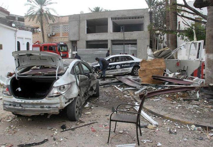 La explosión dañó un vehículo diplomático y otros tres coches. (Xinhua/Hamza Turkia)