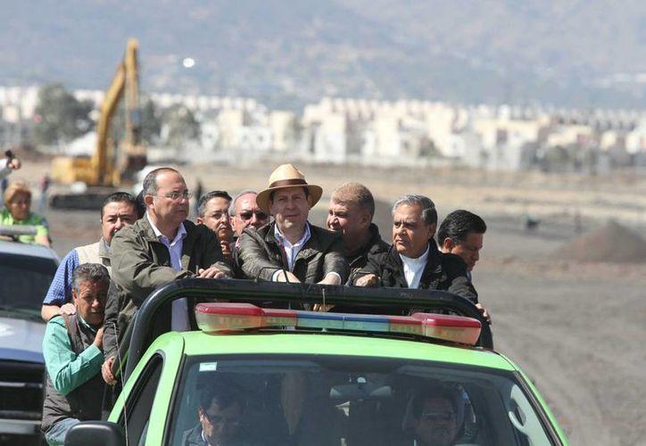 El gobernador del Estado de México, Eruviel Ávila Villegas realizó un recorrido al lugar donde será la misa del Papa Francisco. (Notimex)