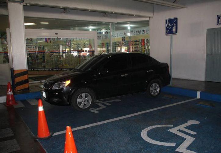 Exhortan a que la población denuncie al 911 a quien haga uso de espacios de estacionamiento, confinados para personas con discapacidad. (SIPSE)
