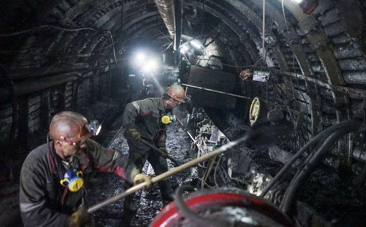 Una explosión por gas metano dentro de una mina de carbón dejó al menos 8 muertos y más de una decena de desaparecidos en Ucrania. Imagen de archivo de 2015, donde se ve a un grupo de mineros realizando mantenimiento en un yacimiento de la zona. (AP Photo / Mstyslav Chernov, Archivo)